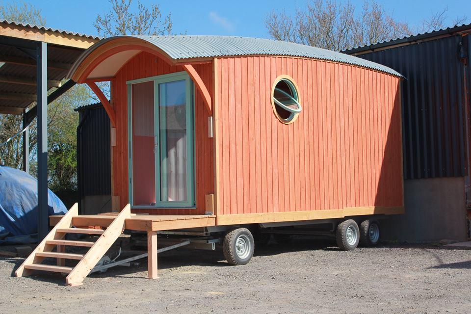 Barrel top wagons tiny house france for Barrel cabin plans