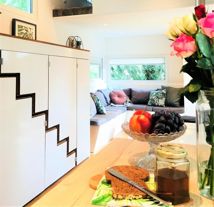 Cindy et Joey ont auto-construit leur tiny house rangements escalier
