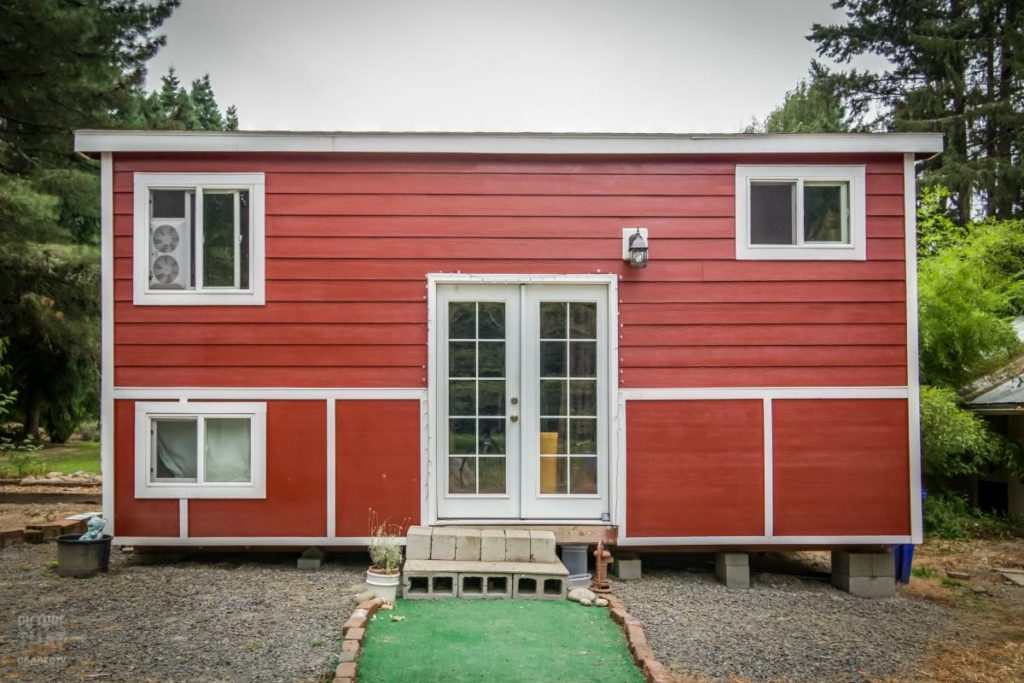 Tiny red bungalow face avant