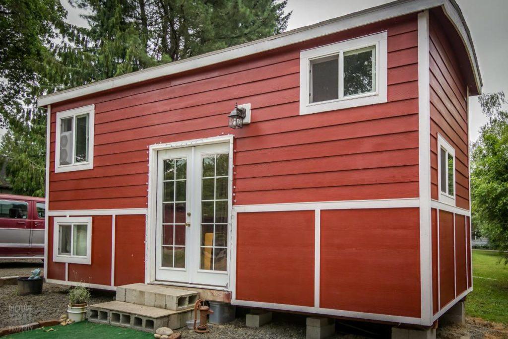 Tiny red bungalow avant cote