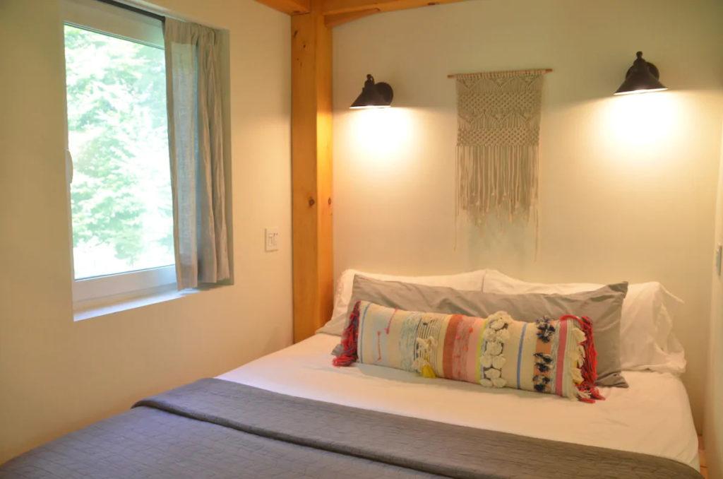 Honeycrisp Cottage interieur chambre rez-de-chaussee