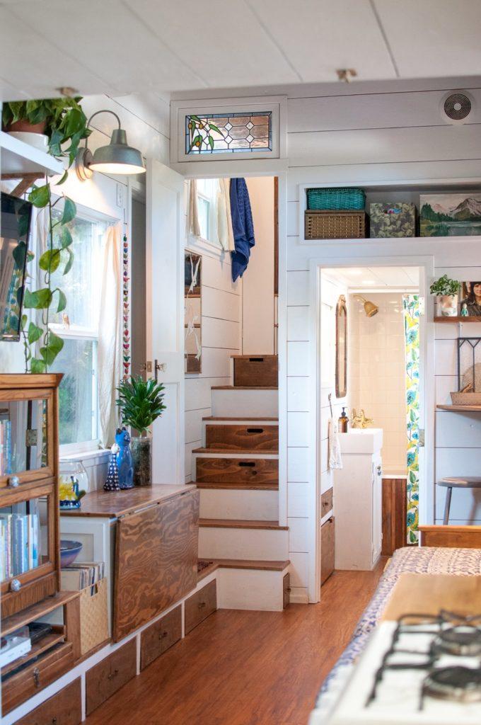 table pliante et escalier mezzanine de la mini maison