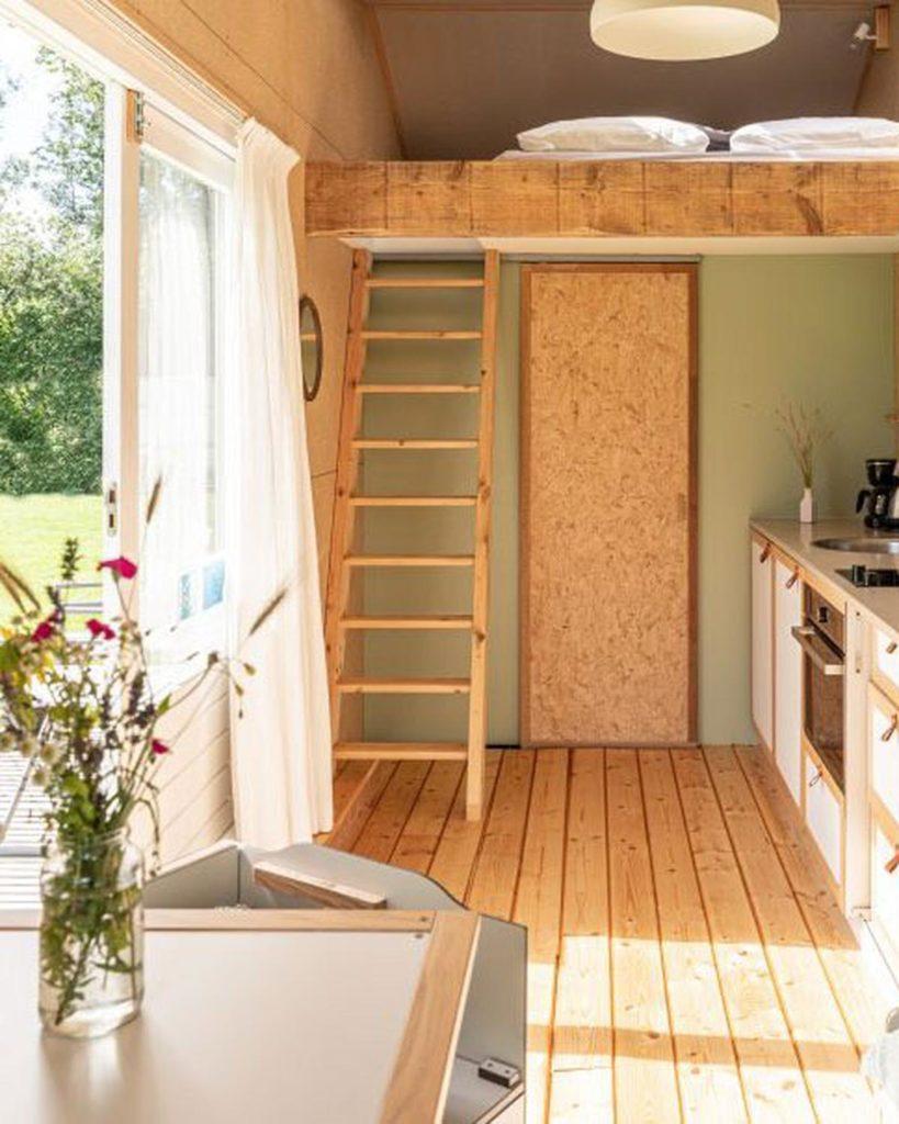Accès mezzanine tiny house écologique et autonome