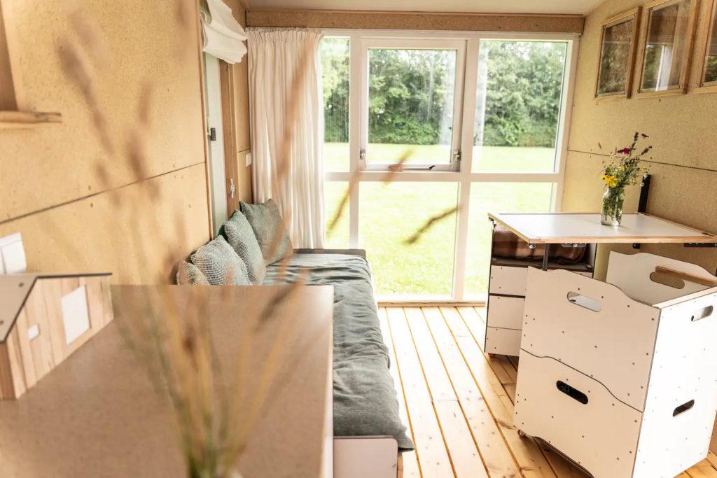 Salon et coin repas tiny house écologique et autonome